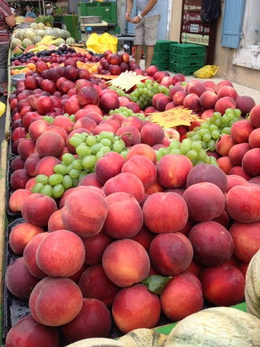 eating your 5 a day isn't difficult when fruit looks this good - L'Isle Sur La Sorgue market